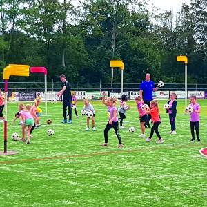 Korfbalstar Andre Kuipers traint schoolkorfballers