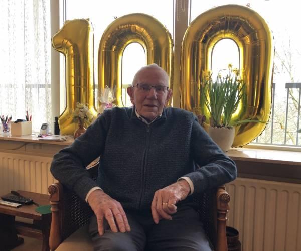 Honderdjarige Ger Wienesen nog goed bij de tijd