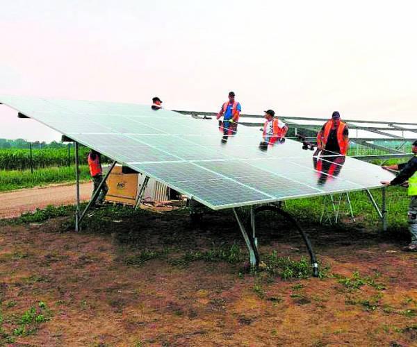 Eerste van 120.000 zonnepanelen zonnepark Aadijk Almelo geplaatst
