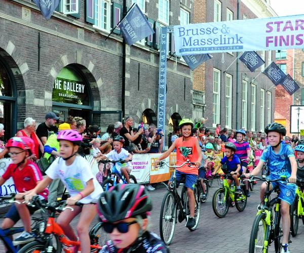 Mike Teunissen als eerste over de streep bij profronde van Almelo