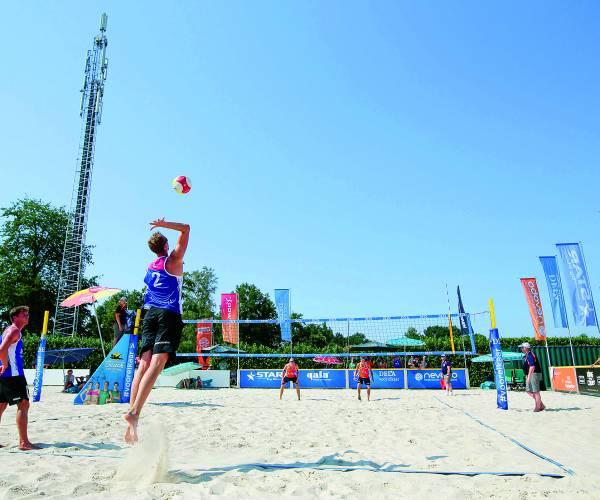 Tropisch Almelo decor voor top beachvolleybal