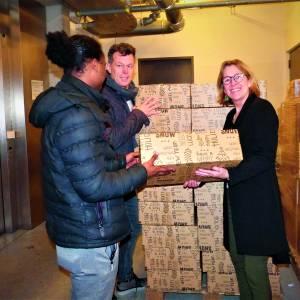 ROC van Twente doneert kerstpakketten aan Kamer-raad en De Boodschappenmand Almelo
