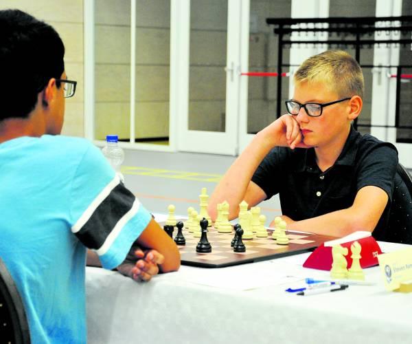 Schaakvereniging Almelo zet bordspel op de kaart met  NK jeugdschaken en simultaanspel grootmeester