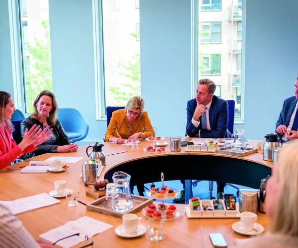 Minister De Jonge van VWS op werkbezoek in Almelo voor aanpak zorgfraude en Doorbraakmethode